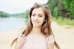 Pięknej uśmiechniętej kobiety plenerowy portret Zdjęcie Royalty Free