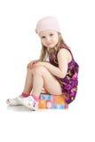 pięknej urodziny pudełka prezenta dziewczyny mały obsiadanie zdjęcia stock