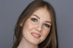 Pięknej włosianej kobiety blondynki kędzierzawy żeński portret Ograniczał głębię pole fotografia stock