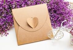 Pięknej wiosny lily mały biały rower i prezenta pudełko Fotografia Stock