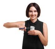 Pięknej, zdrowej dziewczyny tnący papierosy z nożycami odizolowywającymi na białym tle, Młodość przeciw dymienia pojęciu zdjęcia royalty free