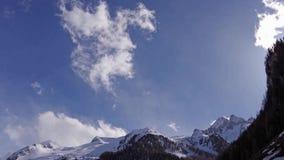 Pięknej zimy powietrzny lot nad halnego łańcuchu krajobrazu szwajcara Alps zdjęcie wideo