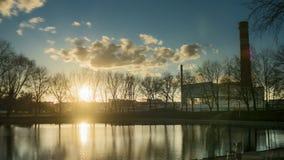 Pięknej zmierzchu słońca racy wody lustrzany odbicie czasu upływu jeziorny rzeczny staw zbiory wideo