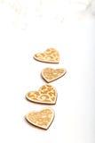 Piękni Ślubni boże narodzenia lub valentines zaświecają z perłami i roczników nieociosanymi drewnianymi sercami Obrazy Royalty Free
