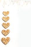 Piękni Ślubni boże narodzenia lub valentines zaświecają z perłami i roczników nieociosanymi drewnianymi sercami Fotografia Royalty Free