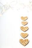 Piękni Ślubni boże narodzenia lub valentines zaświecają z perłami i roczników nieociosanymi drewnianymi sercami Obrazy Stock