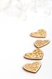 Piękni Ślubni boże narodzenia lub valentines zaświecają z perłami i roczników nieociosanymi drewnianymi sercami Fotografia Stock