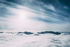 piękni śnieżyści halni szczyty i chmury, mayrhofen, zdjęcia stock