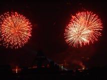Piękni świąteczni fajerwerki, odbijający w nocy wody powierzchni przeciw tłu światło reflektorów zdjęcia stock