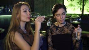 Piękni żeńscy przyjaciele wznosi toast wpólnie i pije przy miejscowego barem zbiory wideo