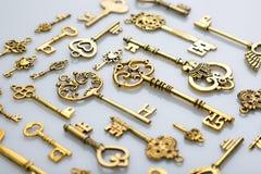 Piękni Antykwarscy Złoci klucze na Białym tle zdjęcie stock