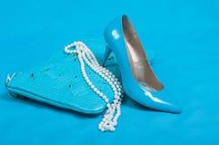 Piękni błękitów buty i torebka, perły Fotografia Royalty Free