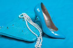 Piękni błękitów buty i torebka, perły Obraz Royalty Free