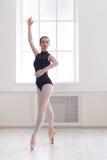 Piękni balerina stojaki w baletniczej pozyci fotografia stock