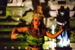Piękni balijczyk kobiety tanowie podczas tradycyjnego Kecak ogienia Tanczą ceremonię w Hinduskiej świątyni Zdjęcia Royalty Free