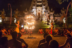 Piękni balijczyk kobiety tanowie podczas tradycyjnego Kecak ogienia Tanczą ceremonię w Hinduskiej świątyni Zdjęcie Royalty Free