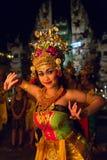 Piękni balijczyk kobiety tanowie podczas tradycyjnego Kecak ogienia Tanczą ceremonię w Hinduskiej świątyni Zdjęcie Stock