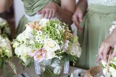 Piękni biali ślubni bukiety obraz stock