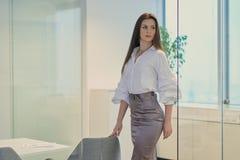 Piękni bizneswomanów spojrzenia wokoło w szklanym biurze Zdjęcie Stock