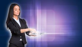 Piękni bizneswomany w kostiumu używać cyfrowy Fotografia Royalty Free