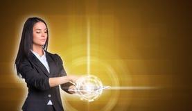 Piękni bizneswomany w kostiumu używać cyfrowy Zdjęcia Stock
