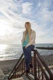 Piękni blondynek spojrzenia przy morzem zdjęcie stock