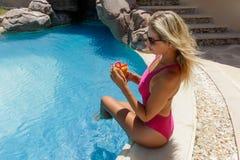 Piękni blondyny moczą włosianej dziewczyny z głębokiej niebieskiego oka spojrzenia twarzy seksownej atrakcyjnej kobiety żeńskim e zdjęcie stock