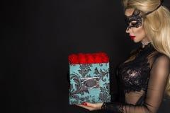 Piękni blondyny modelują w eleganckiej sukni trzyma prezent, kwiatu pudełko z różami prezenta valentine s zdjęcia stock
