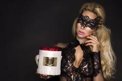 Piękni blondyny modelują w eleganckiej sukni trzyma prezent, kwiatu pudełko z różami prezenta valentine s obraz royalty free