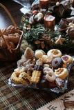 Piękni Bożenarodzeniowi ciastka i świeczki na stole zdjęcie royalty free
