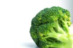 Piękni brokuły od krawędzi osaczać, w górę, biały tło zdjęcia royalty free