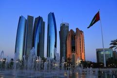 Piękni budynki przed Dubaj pałac przed zmrokiem zdjęcia royalty free