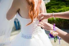 Piękni bukiety kwiaty przygotowywający dla dużej ślubnej ceremonii Zdjęcia Stock