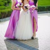 Piękni bukiety kwiaty przygotowywający dla dużej ślubnej ceremonii Obrazy Royalty Free