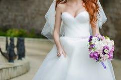 Piękni bukiety kwiaty przygotowywający dla dużej ślubnej ceremonii Obraz Stock