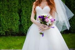 Piękni bukiety kwiaty przygotowywający dla dużej ślubnej ceremonii Obraz Royalty Free