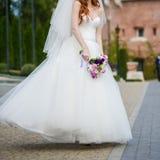 Piękni bukiety kwiaty przygotowywający dla dużej ślubnej ceremonii Zdjęcia Royalty Free