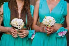 Piękni bukiety kwiaty przygotowywający dla dużej ślubnej ceremonii Obrazy Stock