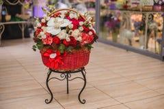 Piękni czerwieni i białych bukietów kwiaty w pudełku Obraz Stock