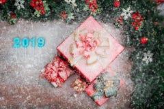 Piękni czerwoni prezentów pudełka graniczyli z sosnowymi gałąź czerwieni ornamen fotografia royalty free