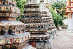 Piękni dekorujący stupas i pagoda w Wata Pho świątyni, Bangko Obrazy Stock