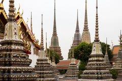 Piękni dekorujący stupas i pagoda w Wata Pho świątyni, Bangko Obrazy Royalty Free