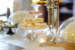 Piękni desery, cukierki i cukierku stół, Obrazy Royalty Free