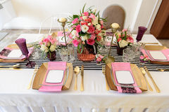 Piękni desery, cukierki i cukierku stół przy wesela ot, inny wydarzenie Zdjęcia Royalty Free