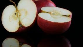 Piękni dojrzali soczyści czerwoni jabłka na odzwierciedlają nawierzchniowego i czarnego tło Owoc, zdrowy jedzenie, dieta zbiory