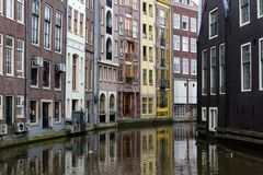 Piękni domy na kanale w Amsterdam, holandie obraz royalty free