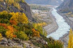 Piękni drzewa i rzeka w Północnym Pakistan Zdjęcie Stock