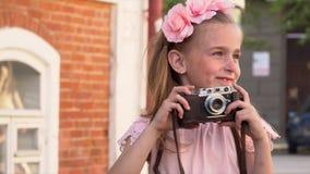 Piękni dzieci fotografują na retro kamera Chłopiec fotografuje siostry przy ceglanym starym budynkiem zdjęcie wideo