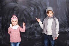 Piękni dzieci na tle obraz stock