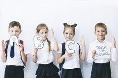 Piękni dzieci są uczniami w klasie wpólnie przy szkołą dalej Zdjęcie Royalty Free